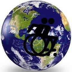 Eine Weltkugel auf der nebeneinander zwei Rollstuhlfahrersymbole abgebildet sind.