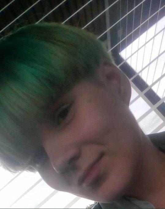 Nah-Selfie: @nelliedlich_trägt kurze grüne Haare
