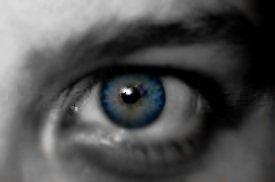 Eine blaue Pupille im Auge.