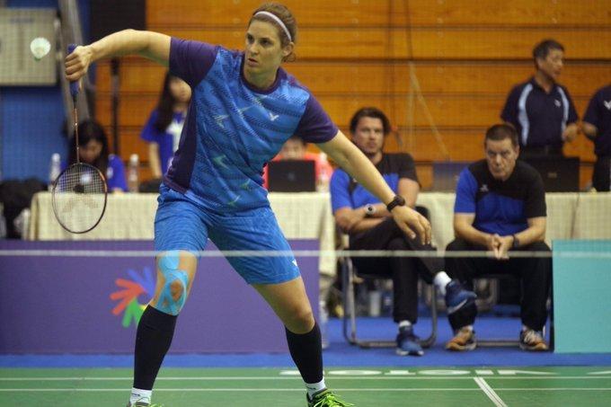 Das Foto zeigt @Cavay während eines Badmintonspiels. Sie steht auf dem Feld, trägt Sportkleidung und hält einen Schläger.